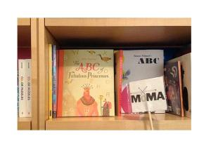 Willy Puchners ABC of Fabulous Princesses im MOMA-Shop in New York.
